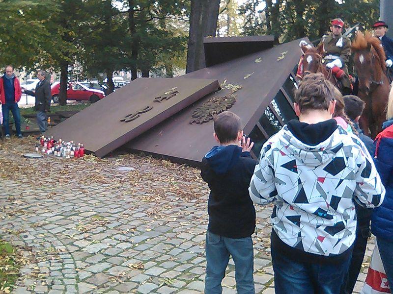 Znicze pod Pomnikiem Polskiego Państwa Podziemnego