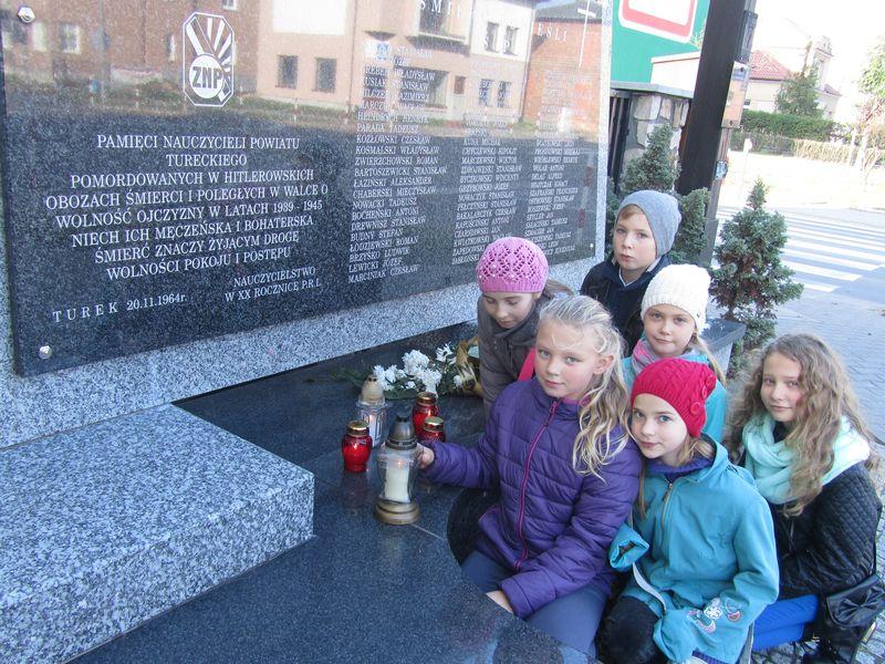 Nauczyciele i uczniowie Sp nr 1 w Turku w miejscach pamięci