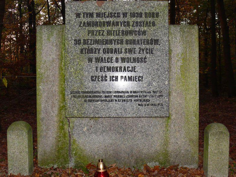 Znicze pod pomnikami zamordowanych harcerzy
