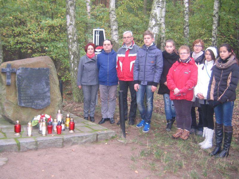 Uczniowie SP nr 2 i Gimnazjum nr 2 przy obelisku w Lasach Bolechowskich