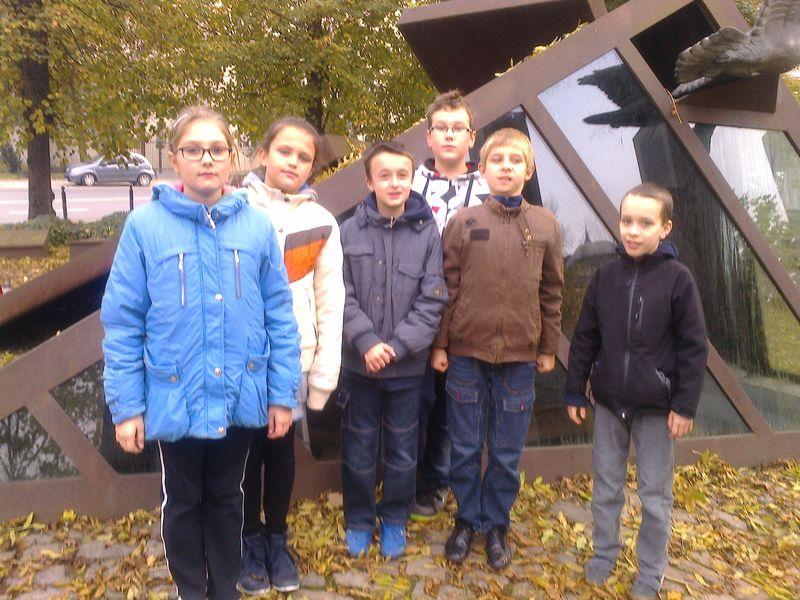 Uczniowie SP13 pod pomnikiem Państwa Podziemnego