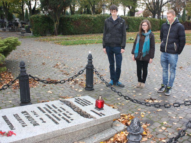 Uczniowie ZSP nr 1  w Łęczycy w miejscach pamięci