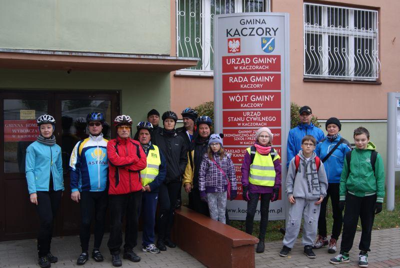 Rowerzyści z pilskiego PTTK oraz uczniowie i nauczyciele SP w Kaczorach