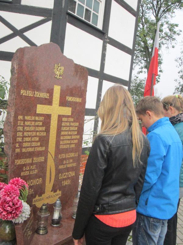 Uczniowie SP im. Armii Krajowej w Kaczkowie z siedzibą w Rojęczynie