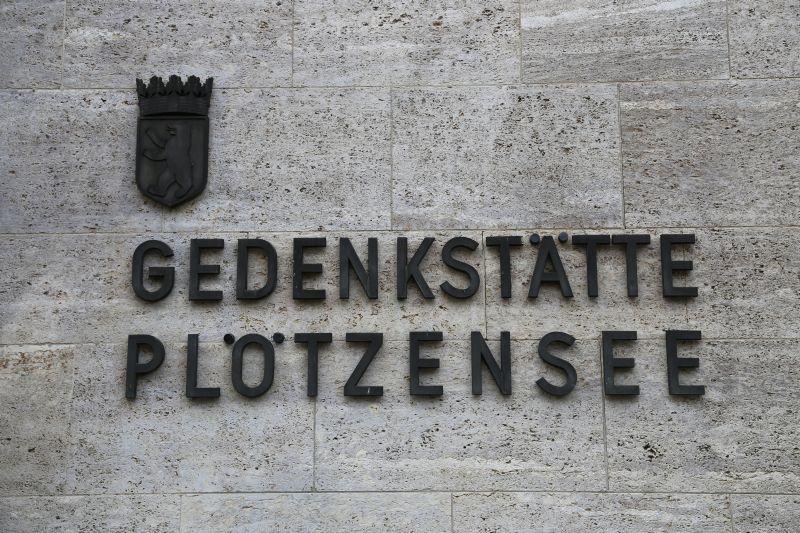 Polacy z Polskiej Misji Katolickiej w Berlinie zapalają znicze w więzieniu Berlin Plötzensee