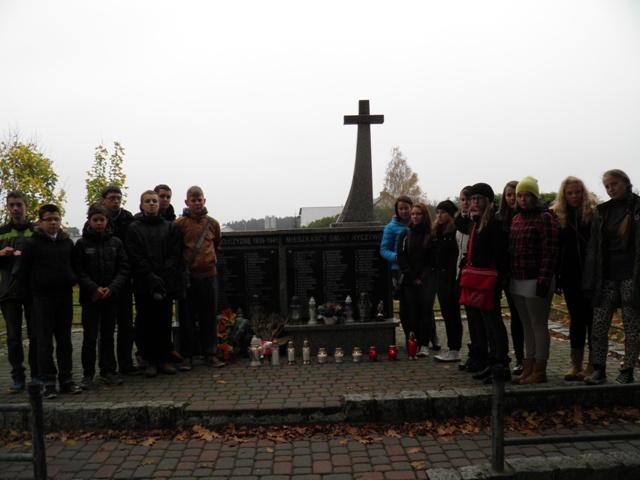 Młodzież zapaliła znicze na Rynku i na cmentarzu