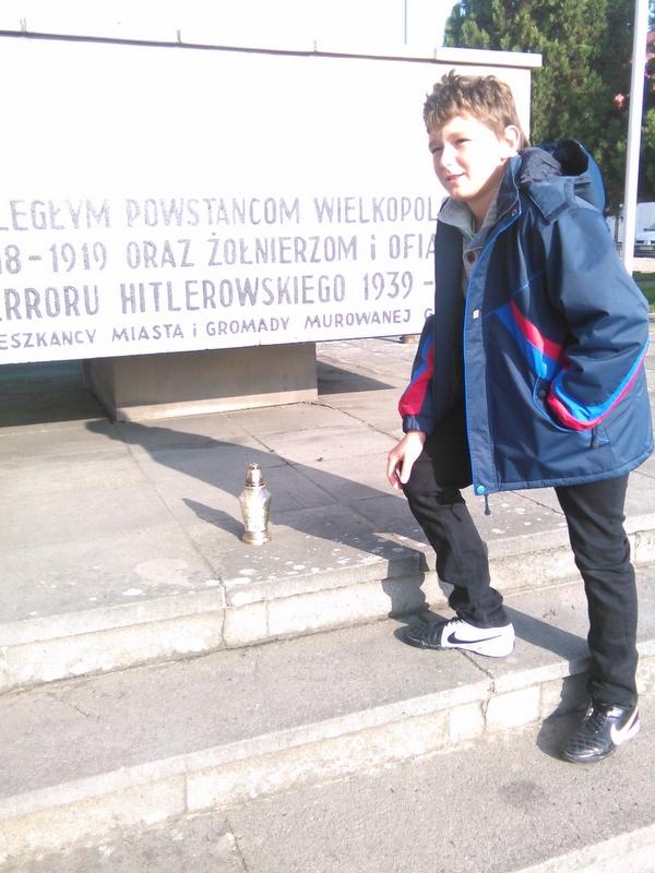 Uczniowie SP nr 1 pod pomnikiem w Murowanej Goślinie