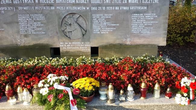 Uczniowie I LO w Lesznie zapalili znicze w miejscach pamięci w okolicach Gostynia