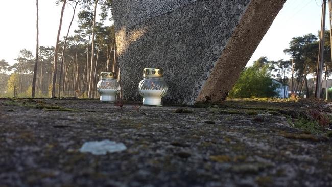 Uczniowie I LO w Lesznie zapalili znicze w miejscach pamięci w Gostyniu