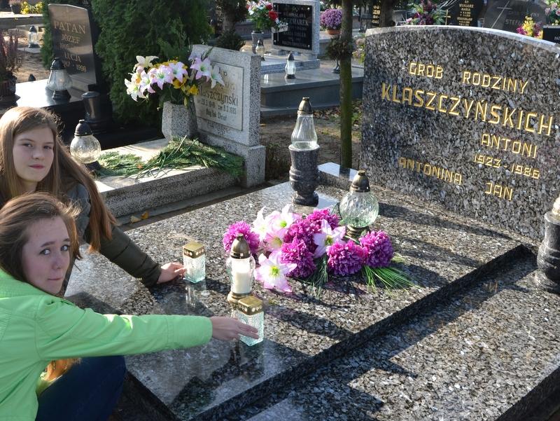 Uczniowie Gimnazjum nr 1 z Murowanej Gośliny przy grobie Jana Klaszczyńskiego