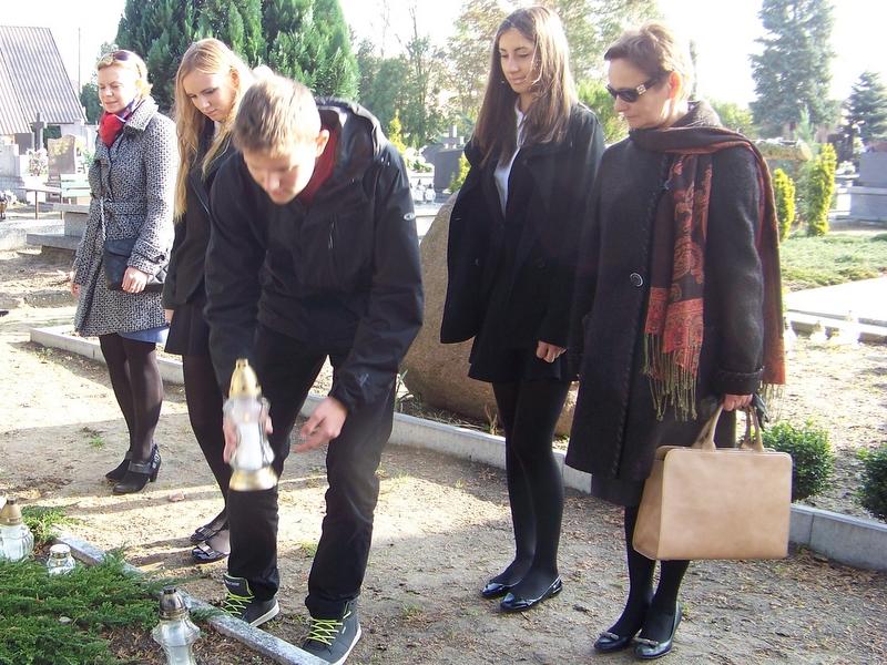 Uczniowie Gimnazjum nr 1 w Turku po pomnikiem ofiar II wojny
