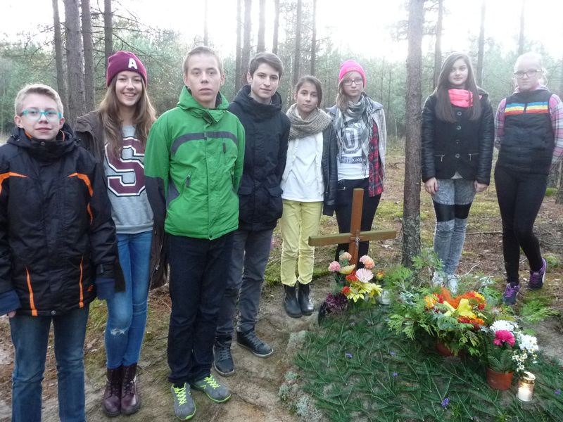 Znicze w miejscach pamięci w gminie Dziemiany