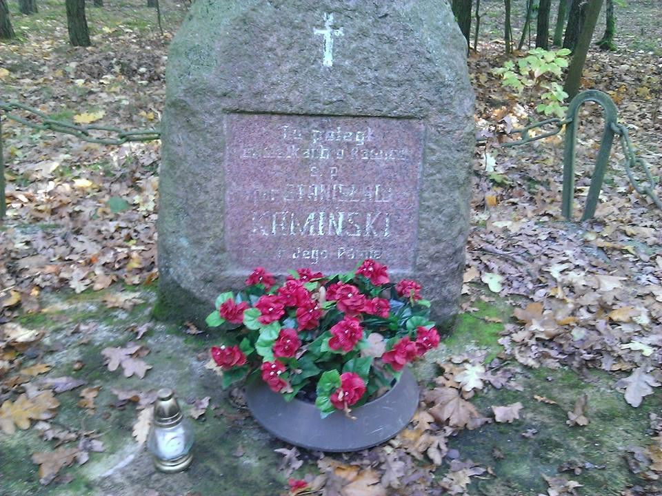 Uczniowie I LO w Lesznie zapalili znicze w okolicach Rawicza