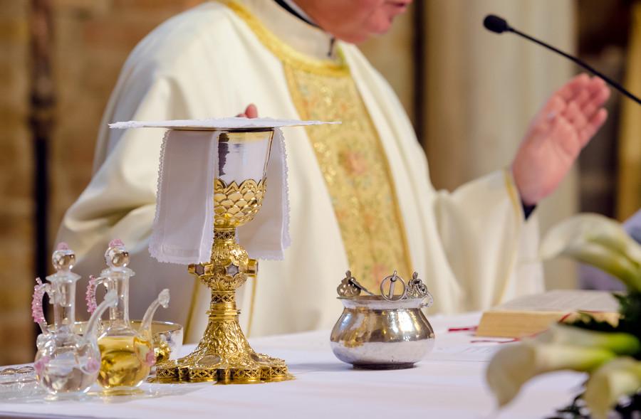 ksiądz odprawia mszę, kościół - Targi Sakralia/MTP