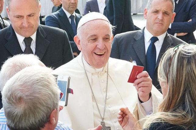 papież Franciszek z kartą dobrych uczynków - Archidiecezja Poznańska