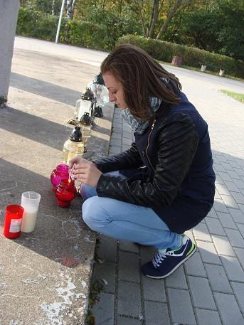 Patrycja Brodzińska - Uczniowie z Zespołu Szkół Zawodowych z Kurzętnika z opiekunami - sprzątali miejsca  egzekucji,pamięci i zapalili znicze w: Nowym Mieście Lubawskim, Nawrze
