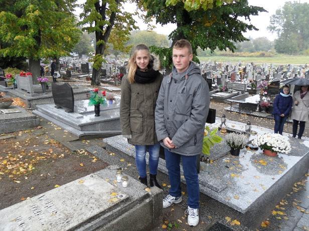 Maciej Adamski - uczniowie i nauczyciele gimnazjum w Trzemesznie zapalali znicze na miejscowym cmentarzu.