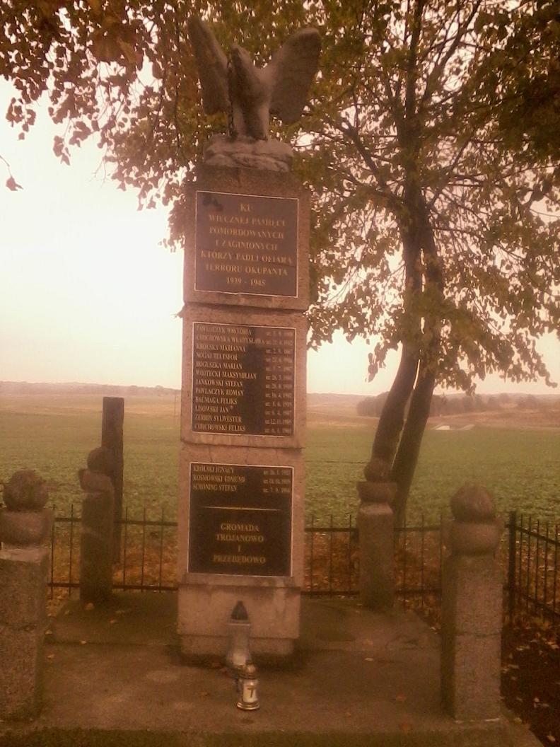 Pomnik pamięci ofiar 1939 - 1945 wsi Trojanowo i Przebędowo