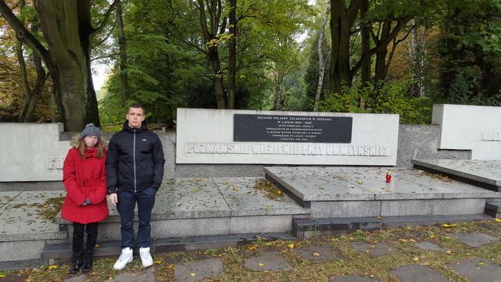 Znicze na grobach dr Witaszka i pod Pomnikiem Armii Poznań