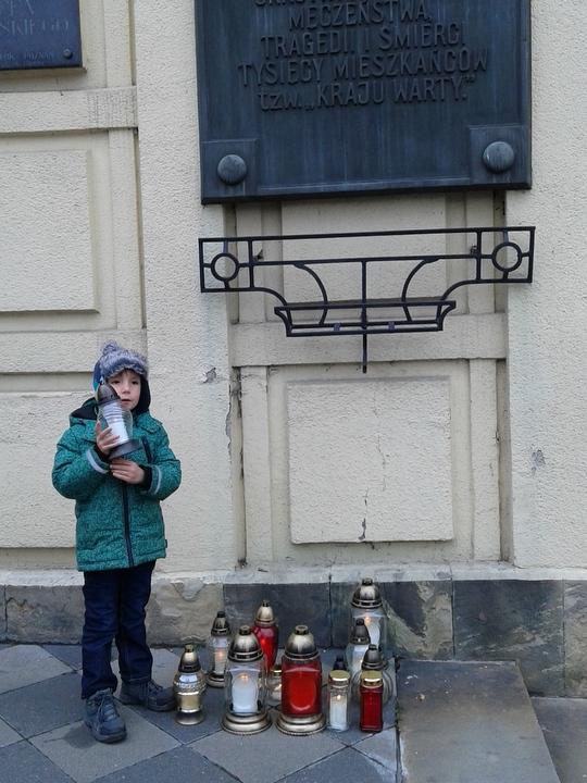 Antek zapalił znicz pod tablicą na Domu Żołnierza