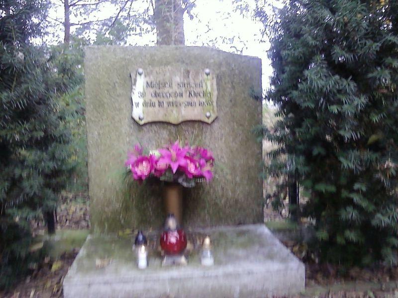 Znicze na grobach obrońców Kłecka
