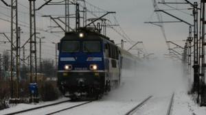 Pogoda i błąd maszynisty przyczynami awarii na linii kolejowej Poznań-Gniezno