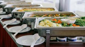 Przeterminowane produkty i niedoważone porcje. Kontrola firm cateringowych