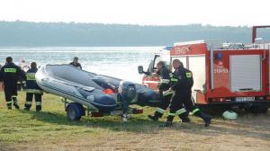 Ropa w jeziorze. Strażacy ustawili zapory