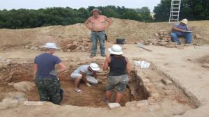 Młodzież i studenci szukają grobów