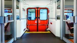 Chciała wysiąść w Gądkach, wysiadła w Kórniku. Nie działały drzwi w pociągu