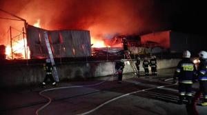 Pożar ugaszony! Spłonął magazyn, samochody uratowane