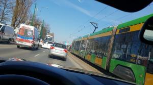 Zderzenie z tramwajem na Starołęckiej. Kierowca ranny. Duże korki