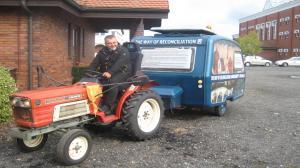 Triumfalny wjazd księdza na traktorze na Lednicę