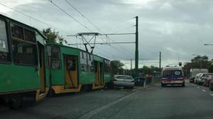 Samochód wjechał pod tramwaj. Dwie osoby ranne