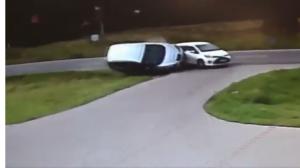 Groźnie wyglądające zderzenie dwóch aut. Wszystko nagrały kamery