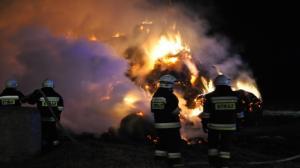 Nocny pożar starego budynku