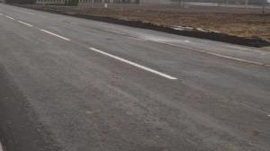 Do szkoły brzegiem ruchliwej drogi
