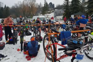 Niestraszne im niskie temperatury. Zimowy triathlon nad Jeziorem Kierskim [ZDJĘCIA]