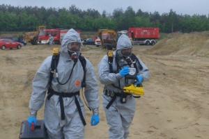 Usuwają beczki z chemikaliami