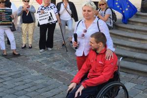 KOD protestował przed poznańskim ratuszem (ZDJĘCIA)