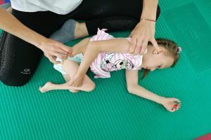 Ciężko doświadczone przez los dziecko potrzebuje pomocy