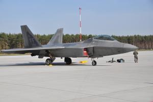 Amerykańskie myśliwce F-22 w Powidzu