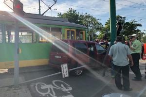 Samochód wjechał pod tramwaj