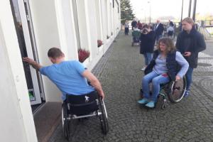 Wsiedli na wózki inwalidzkie i sprawdzili, jak żyje się niepełnosprawnym