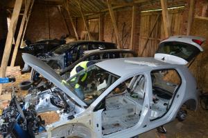 Kradzione auta stały w stodole