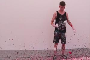 Maluje żonglując, żongluje malując
