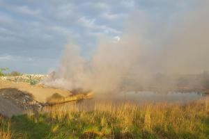 Ogromny pożar pod Śremem. Strażacy wciąż walczą z ogniem