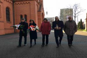 """""""Wyraz hołdu i pamięci"""". Kwiaty pod pomnikami ofiar stanu wojennego"""
