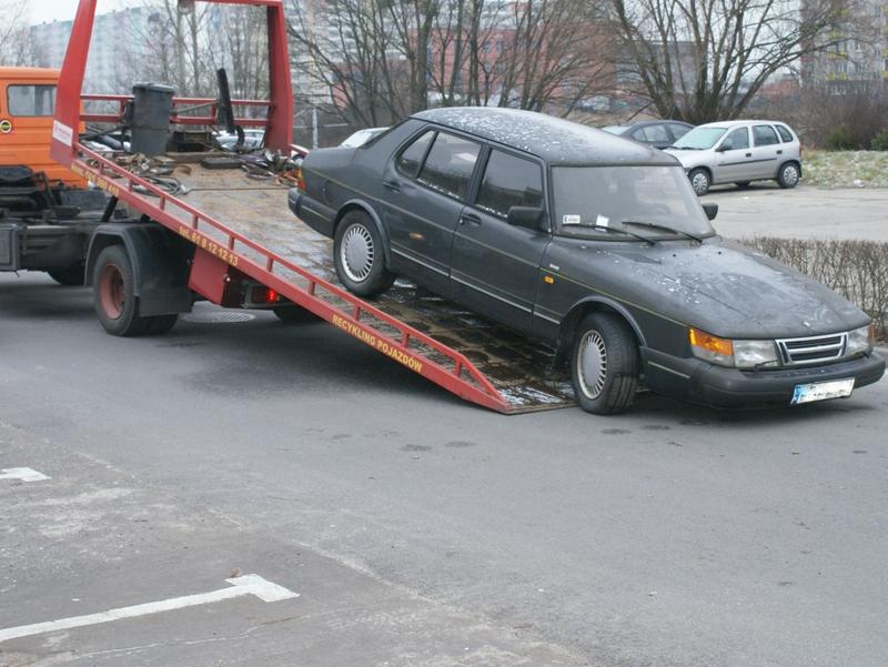 Straż miejska usuwa wraki samochodów