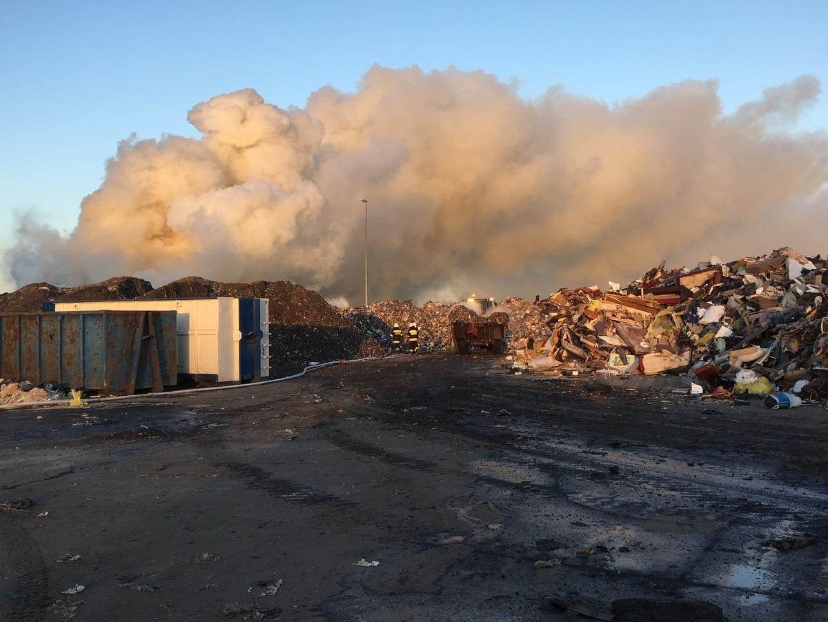 Pożar wielkogabarytowych śmieci na wysypisku [AKTUALIZACJA] [ZDJĘCIA]